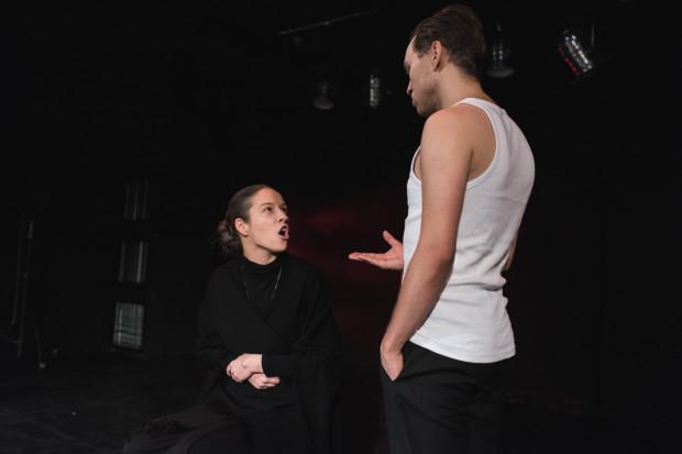 Główną bohaterką pierwszego aktu jest władcza, apodyktyczna Matka (bardzo konsekwentna, udana rola Weroniki Nawieśniak).