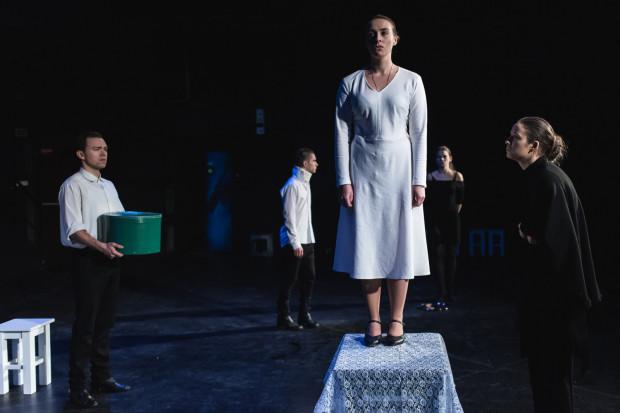 Najtrudniejszą i najciekawszą rolę ma jednak Joanna Pasternak (w białej sukience), która tworzy postać Narzeczonej, poddanej tresurze przez Matkę swojego wybranka i stopniowo dojrzewającej do buntu.