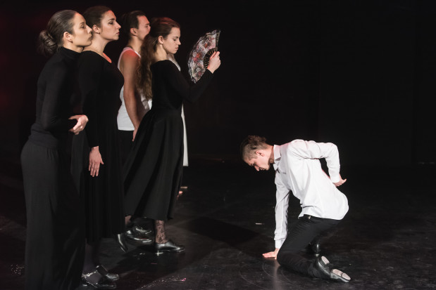 Spektakl otwiera efektowny taniec flamenco w wykonaniu całej dwunastki przyszłorocznych absolwentów Studium Wokalno-Aktorskiego w Gdyni.