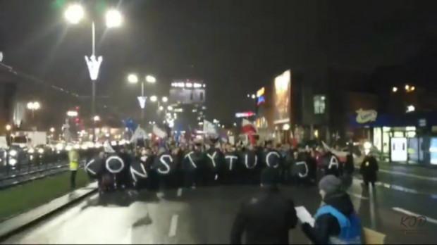 Demonstranci przeszli spod Krewetki pod Sąd Okręgowy przy Nowych Ogrodach jedną z jezdni Podwala Grodzkiego.