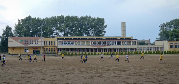 Alternatywnym rozwiązaniem mogłoby być użytkowanie boiska po byłym Zespole Szkół Ekologicznych, jednak PZPN zaostrzył wymogi i dziś mecze ligowe można rozgrywać wyłącznie na trawiastej nawierzchni.