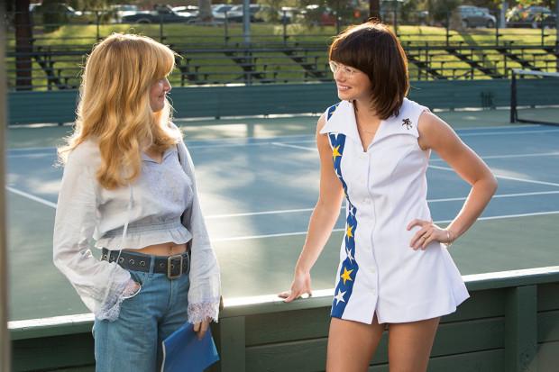 """Wątek homoseksualnej relacji Billie Jean i Marylin zamiast uzupełniać główny wątek """"Wojny płci"""", stara się zbyt mocno wybrzmieć jako seksualny manifest, co zaburza tempo opowieści. Trochę zbyt dużo ważnych kwestii w tak skromnej pod kątem konwencji produkcji."""