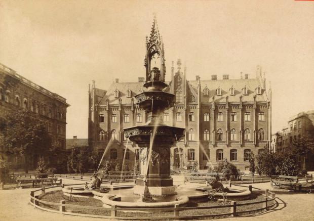 Na Targu Maślanym ma powstać nowa fontanna, sam plac też ma się zmienić, obecnie szukane są na to środki. Tak wyglądała fontanna stojąca tam od 1875 roku, upamiętniająca założenie wodociągów w Gdańsku.