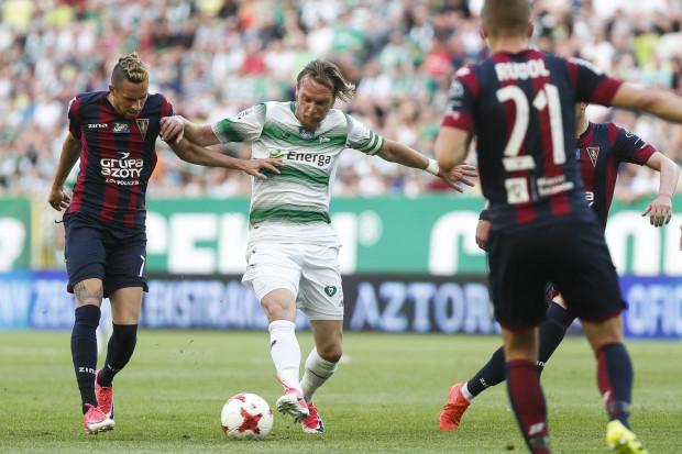 W pożegnalnym meczu w Gdańsku w poprzednim sezonie Lechia rozgromiła Pogoń 4:0. Na zdjęciu Milos Krasić w pojedynku z Adamem Gyurcso i Sebastianem Rudolem.