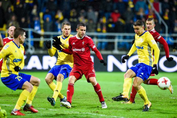 Nie najlepszy snajper ekstraklasy jesienią Igor Angulo (w środku), a Damian Zbozień (z prawej) strzelił jedynego gola w meczu Arka Gdynia - Górnik Zabrze.