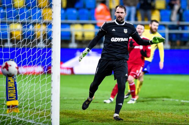 Pavels Steinbors doskonale spisuje się w bramce Arki Gdynia, mimo że od trzech miesięcy zmaga się z kontuzją kolana. Zabieg odłożył na poniedziałek, by dograć rundę do końca.