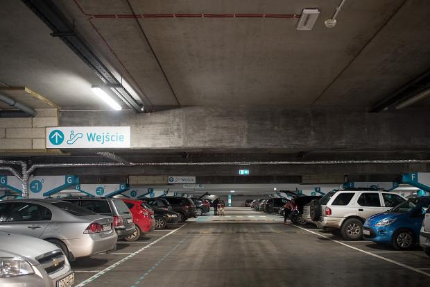 Gorączkę przedświątecznych zakupów w pierwszej kolejności odczuwać będą kierowcy na parkingach przy galeriach handlowych.