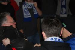 Prezes Stoczniowca Marek Kostecki wywożony przez kibiców z hali na taczce.