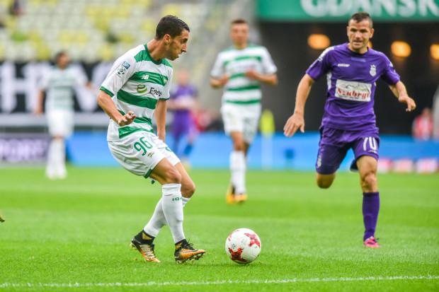 Joao Oliveira strzelił drugiego gola w barwach Lechii, który znów wystarczył do wyjazdowego remisu. Poprzednio trafił na 1:1 w Krakowie z Wisłą. Na zdjęciu szwajcarski pomocnik w pojedynku z Tomaszem  Brzyskim.