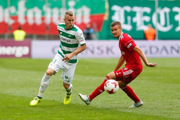 Paweł Stolarski (z lewej) w dowolnym oknie transferowym może trafić do Benfiki Lizbona. Portugalski klub zagwarantował sobie prawo pierwokupu obrońcy Lechii Gdańsk.