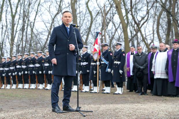 """Uroczystości pogrzebowe """"trzech komandorów"""" na cmentarzu Marynarki Wojennej na Oksywiu, z udziałem prezydenta Andrzeja Dudy."""