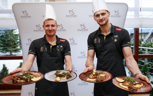 Michał Kozłowski i Piotr Nowakowski z przygotowanymi przez siebie świątecznymi potrawami.
