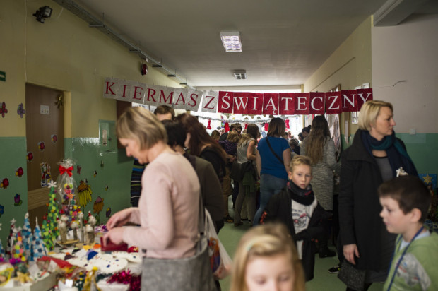Kiermasze szkolne urządzane na święta, mają nauczyć dzieci i młodzież rozsądnego pomagania.