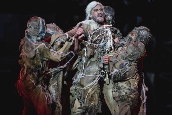 """Musical """"Wiedźmin"""" trafił zarówno do fanów prozy Andrzeja Sapkowskiego, jak i do miłośników musicali, choć pozostawia pewien niedosyt."""