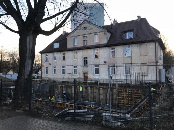 Prace budowlane na działce przy al. Grunwaldzkiej 597 w Gdańsku. Aktualnie montowane są zbrojenia piwnic.