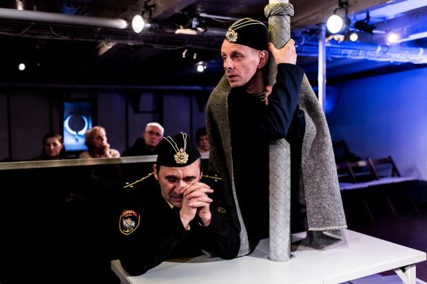 """Dramat marynarzy """"K-141 Kursk"""" bardzo dobrze oddał zespół Teatru Miejskiego w Gdyni w spektaklu granym na """"Darze Pomorza"""" - """"Kursk""""."""