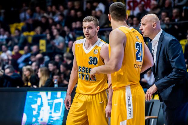Koszykarze Asseco Gdynia wysoko przegrywają z czołowymi drużynami PLK. Na zdjęciu: Filip Put (nr 30), Jakub Garbacz (21) i trener Przemysław Frasunkiewicz.