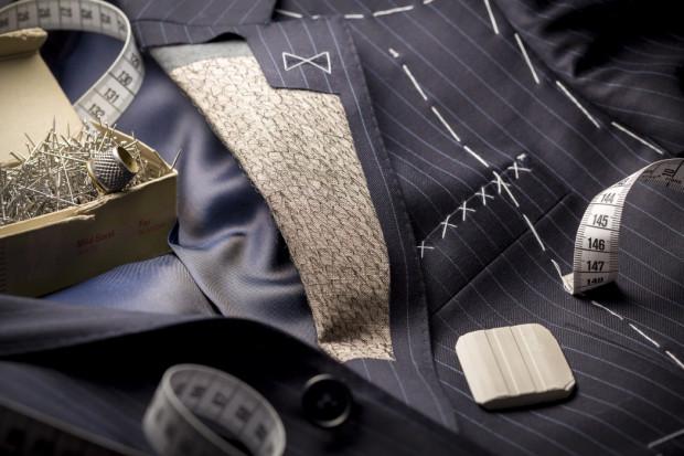 Gdy nie czujemy się zadowoleni z odzieży konfekcyjnej, punktem wyjścia może być renomowana pracownia, szyjąca na miarę.