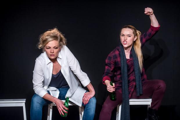"""Kobiety są tu stroną aktywną, bywają prymitywne czy wulgarne i reprezentują """"silną płeć"""" - dominującą w świecie, zawłaszczającą język, kierującą polityką czy religią. Na zdjęciu Aleksandra Derda (po lewej) i Magdalena Bochan-Jachimek."""