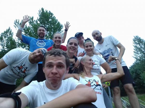 """Mateusz Kolera (na pierwszym planie) zaczynał od krótkich przebieżek. Teraz startuje w ultramaratonach i jako członek """"Biegowych Wariatów"""" prowadzi bezpłatne treningi z biegania w terenie."""