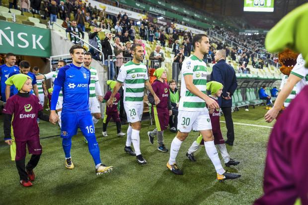 Lechia to piąty w kolejności zespół ekstraklasy, który jesienią najmocniej stawiał na piłkarzy zagranicznych. Na zdjęciu Flavio Paixao (nr 28) i Joao Nunes (30).