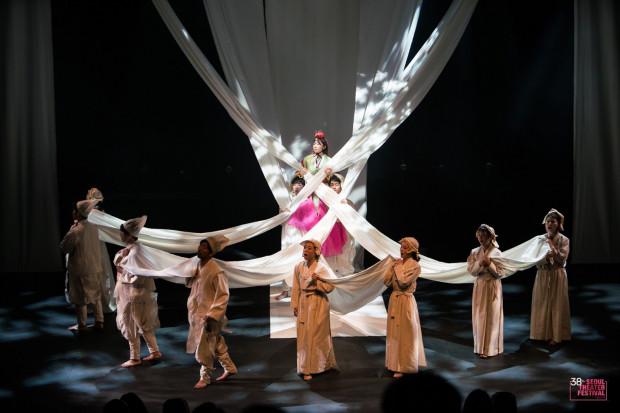 """""""Cho-Hun"""" to spektakl z Korei Południowej, który przybliża los """"pocieszycielek"""" - koreańskich kobiet, które podczas II wojny światowej były zmuszane do prostytucji przez japońską armię. W Teatrze Szekspirowskim zobaczymy go 7 lutego."""