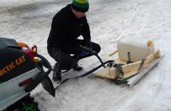 Zbudowane własnymi siłami urządzenie do zakładania śladu przez miłośnika biegówek. W ten sposób narciarze przygotowują trasy do biegania m.in. w Przywidzu.