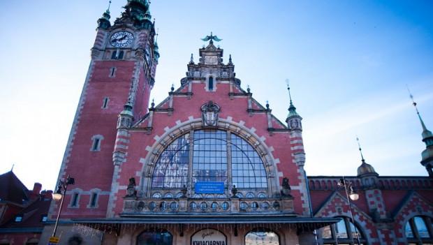 Pomorski konserwator zabytków nie chce reklam w oknach budynku Dworca Głównego PKP.