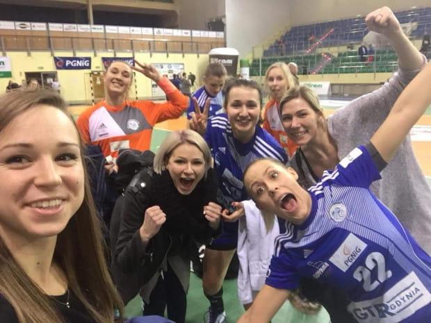 Tak cieszyły się gdyńskie szczypiornistki z wyjazdowej wygranej w Elblągu. Na zdjęciu ze wspierającymi je kontuzjowanymi koleżankami: Anetą Łabudą, Martyną Borysławską i Joanną Szarawagą.