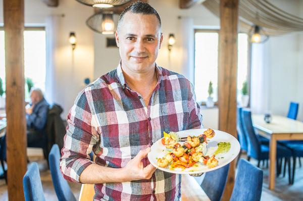 Restauracja Azzurro specjalizuje się w kuchni śródziemnomorskiej.