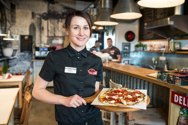 Specjalność Monte Carlo Pizza i Wino to włoski placek z pieca opalanego drewnem.