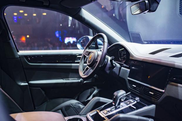 Nowoczesne wnętrze SUV-a ze stajni Porsche.