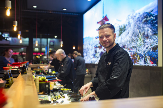Obsługa pozytywnie zaskoczyła gości, serwując kolejne zestawy sushi w bardzo szybkim tempie.