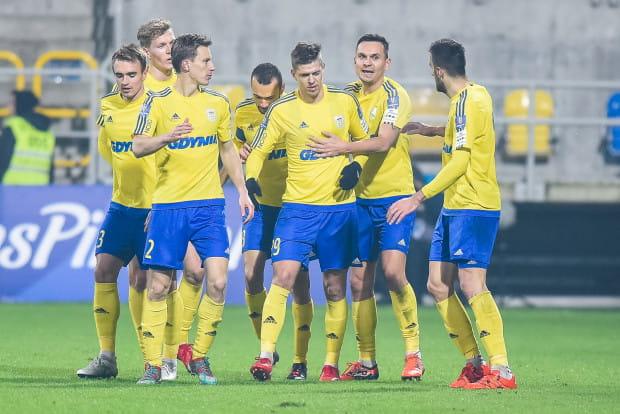 Gdynia pozostaje partnerem strategicznym klubu, a jej logo na froncie koszulek meczowych piłkarzy.