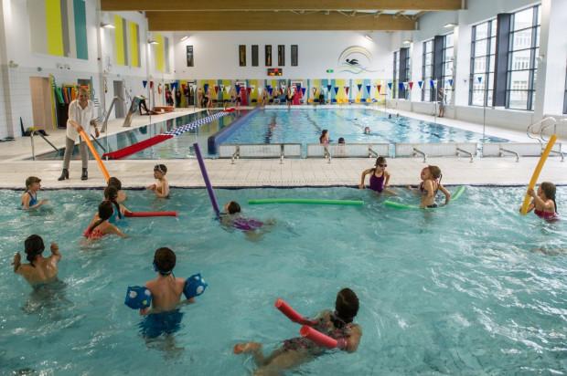 W kwietniu ubiegłego roku otwarto nową pływalnie w Osowej, z której poza uczniami, po południu, mogą korzystać także mieszkańcy.