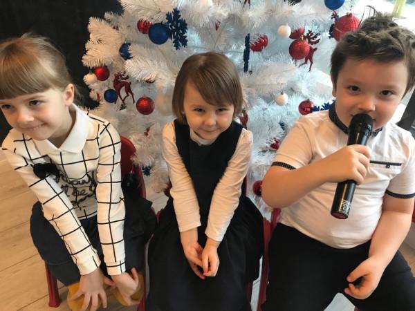 Przedszkolaki z Little Harvard przygotowują występ dla swoich babć i dziadków.