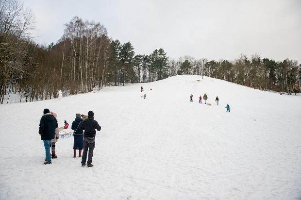 Górka przy ul. Michałowskiego w Gdańsku przyciąga nie tylko narciarzy, ale dzieci na sankach.