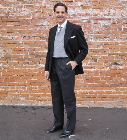 Mniej formalny od żakietu będzie stroller, czyli połączenie czarnej marynarki z szarymi, sztuczkowymi spodniami.