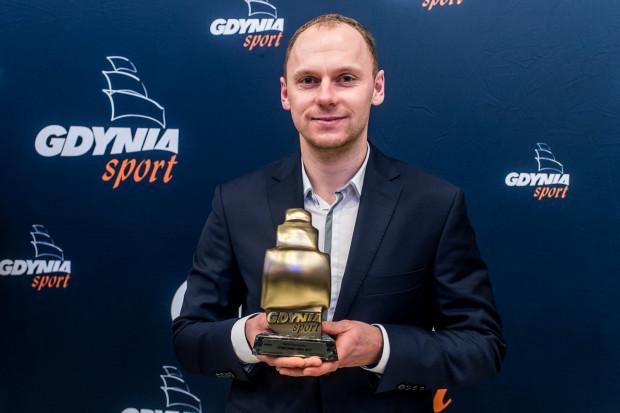 Rafał Siemaszko prezentuje statuetkę dla najlepszego  sportowca Gdyni ubiegłego roku.
