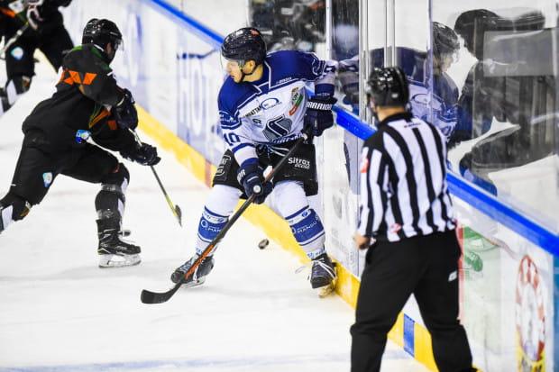 Jakub Stasiewicz (na zdjęciu) uważa, że czterech sędziów na lodzie powinno stać się standardem w Polskiej Hokej Lidze.