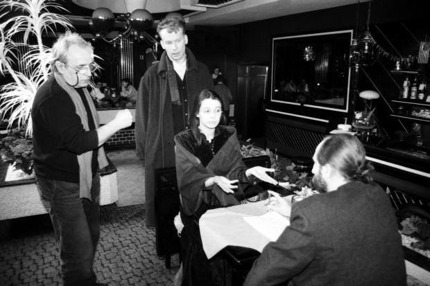 """Plan filmowy serialu """"Radio Romans"""", nagrywany w nocnym klubie Romantica w Gdańsku Zaspie. Scena z udziałem aktorów Renaty Dancewicz, Mirosława Baki i Igora Michalskiego, 1995 rok."""