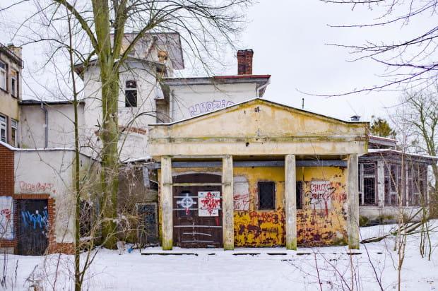 W ciągu ostatnich lat budynki kompleksu przy ul. Sobótki obróciły się ruinę.