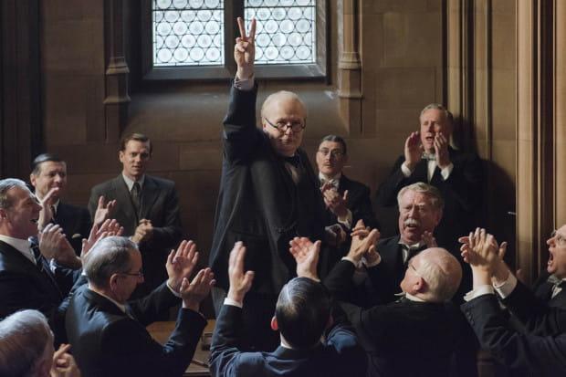 """""""Czas mroku"""" przybliża sylwetkę Winstona Churchilla, zaś akcja filmu dotyczy głównie wydarzeń związanych z ewakuacją brytyjskich żołnierzy z plaży w Dunkierce. To niejako przedstawienie równoległej perspektywy do filmu Christophera Nolana."""