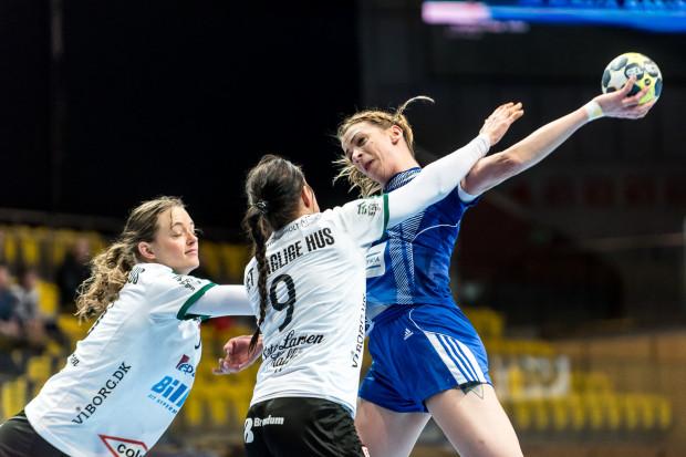 Tylko w pierwszej połowie GTPR Gdynia dał nadzieje, że nie zejdzie z parkietu znów pokonany w Pucharze EHF. Na zdjęciu przez duńską obronę próbuje przebić się Aleksandra Zych.