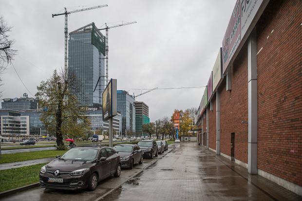 Otoczenie budynku handlowego znacznie się zmieniło od 2002 roku, kiedy uchwalano plan miejscowy dla tego miejsca.