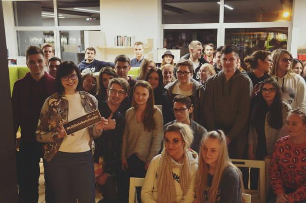 Młodzież na spotkaniu z Arleną Witt w Bibliotece Gdynia.