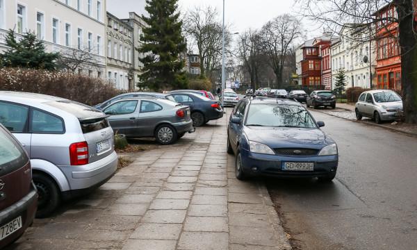 Parkowanie na ul. Waryńskiego w dzień powszedni.