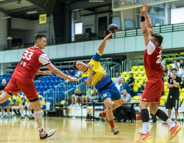 Piłkarze Spójni Gdynia i Wybrzeża Gdańsk w Pucharze Polski zagrały z drużynami I ligi. Na zdjęciu rzuca Maciej Marszałek, który w Koszalinie zdobył 6 bramek, a w 50. minucie doznał kontuzji stawu skokowego.