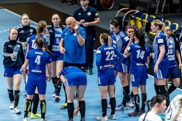 Szczypiornistki GTPR Gdynia przegrały trzy ostatnie mecze, z czego dwa wysoko w Pucharze EHF. Wyjazdowe zwycięstwo w środowym meczu z Pogonią jest im więcej niż potrzebne. Na zdjęciu zespół z trenerem Giennadijem Kamielinem.