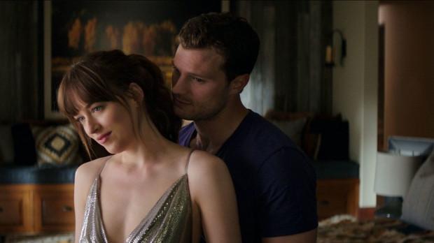 Ana (Dakota Johnson) i Christian (Jamie Dornan) wiodą szczęśliwe życie nowożeńców, ale przeszłość nie pozwala im w pełni cieszyć się sobą. Strach i zazdrość to jednak niejedyne trudności, jakim muszą stawić czoła.